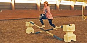 Maja Göthe flyger fram på sin käpphäst.