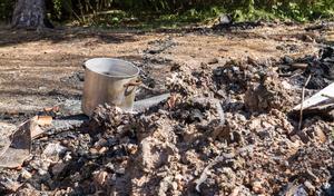 """En kastrull som Inger Jansson hade vatten i står ensam kvar i bråten av det som bara för några dagar sedan var ett kärt sommarhus. """"Det var mitt andra hem"""", säger Inger Jansson."""