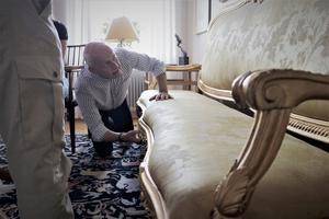 Anders och Barbro Järliden fick besök Antikrundans expert Max Sjöberg som tittade på soffan som Selma Lagerlöf ägt.