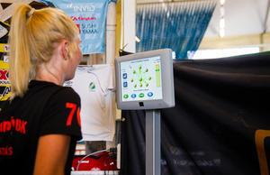 Rönnby tränar balans med hjälp av en maskin där man ska försöka rita ett bestämt mönster med hjälp av sin tyngdpunkt.