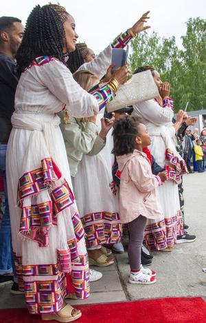 Många stolta föräldrar,släktingar och andra väntade med kameran eller mobilen i högsta hugg.