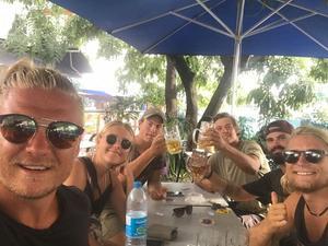 En av festliga stunderna på Aloha Sailings seglats. Här sitter besättningen på Tahiti tillsammans med svenskarna William och Elias som de träffade på resan.  Foto: Privat