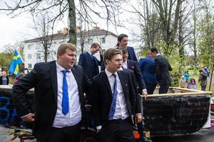 Byggeleverna var uppklädda dagen till ära med blå slips och kavaj.