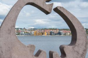 En utflyttad Östersundsbo gillar inte bygget på Storsjö strand.