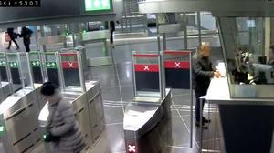 37-åringen tog pendeltåget till T-Centralen där han gick fram till en spärrvakt och sa att han rånat Pressbyrån i Södertälje. (LT har maskat mannen på bilden)  Foto: Polisens förundersökning