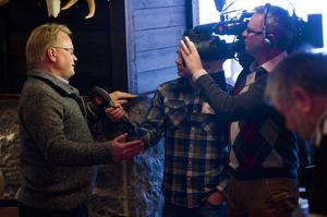 Efter utspelet om högre soldatlöner och en större roll för hemvärnet blev mediabevakningen intensiv. Här av Anders Pihlblad i TV4.