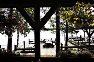 vacker vy. Värdshuset har utsetts till en av Sveriges bästa vägkrogar baserat på kategorierna mat, rastmiljö, priser och åtkomlighet. Tönnebro får mycket uppskattning för den vackra utsikten över sjön.