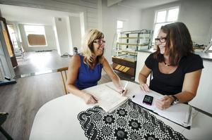 Hus med historia. Annie Sambrink och Maria Ek är på väg att öppna kafé och butik i lokaler som tidigare inrymt såväl hattaffär, skivafär, konditori och senast glasmästeri. Bild: GÖRAN KEMPE