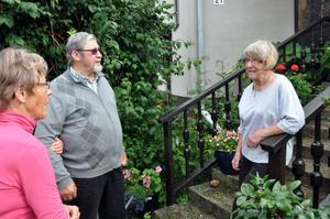 JAGANDE. Snart är det dags för pensionärer i Mehedeby och i andra orter i Tierps kommun att jaga någon som kan skotta snö. Detta då tjänsten från Servicelaget dras in. På bilden diskuterar Maj-Britt Lundblad, Heimo Kumpula och Ester Hedin frågan.