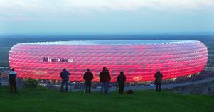 Allianz Arena i München som är belyst inifrån. Bild: Diether Endlicher/AP Photo/TT