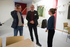 Kommunchef Patrik Jakobsson (mitten) samtalade med Mittmedias Tony Bergström och Agnes Göransson.