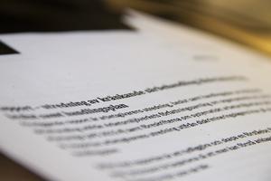 I rapporten drar arbetsgivaren slutsatsen att några sexuella kränkningar inte har skett, eftersom ord står mot ord.