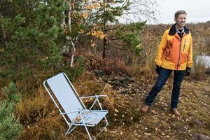 Spontana rastplatser har uppstått vid de små uddar som finns. Här har någon ställt upp en hopfällbar stol för att kunna se ut över Runn.