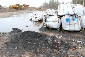 Säckarna med svart massa ska forslas bort. Det beslutet ska fattas av miljönämnden i Örebro under fredagen.