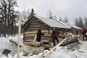 Morvallens fäbod på Vedungen renoveras av elever från Sjövik.