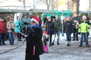 Kyrkoledaren Susanne Andersson ledde sången framför ett 50-tal som letade sig bort till scenen.