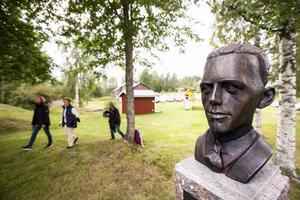 En byst av Jonas Nätterlund vakar över barndomshemmet.