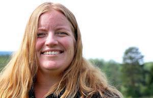 Tina Wilhelmsson lovar riklig tejpförbrukning när det på onsdagseftermiddagen vankas Pridepyssel i kyrkans lokal Divina.