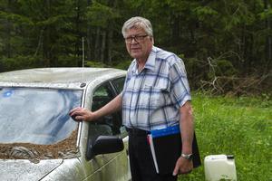Hans Bengtson vid bilvrak i Solkebo.