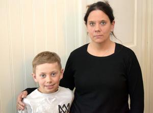 Anna Ehrling och sonen Allwin, Mockfjärd, plockade snabbt ihop en del egna kläder till Petra Jacobsson och hennes familj.