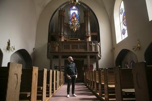 Många svensk-afghanska flyktingar söker sig till Svenska kyrkan i Paris för att träffa andra svenskar.