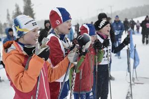 Klara Odén, Völlan, Sigrid Glans, Funäasdalen, Vera Myhr, Völlan och Moa Wiberg, Funäsdalen, hejar på skidåkarna som startar, när de inte åker själva.