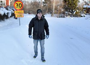 Lollo Biörs konstaterar att han skulle kunna gå till och från busshållplatsen, men att det är omöjligt när han eller makan är på väg hem från jobbet efter att ha köpt två tunga matkassar.
