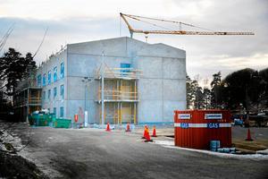 Så här såg det ut för knappt ett år sedan när Attendos nya äldreboende i Hovsjö byggdes där kommunen köper vårdplatser. Inom tre år ska ytterligare ett nytt vård- och omsorgsboende stå klart i Södertälje, som kommunen planerar att bygga och driva själv.
