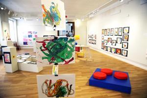 Färgglad utställning visas i Orsa konsthall när barnens bilder ställs i i årets vårsalong.