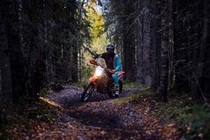 Motorcyklist på skogsstig.
