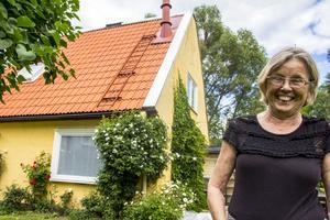 Marie Tullgren har satsat mycket pengar på att renovera sitt hus i området Villervallan. Hon har det som fritidsboende.