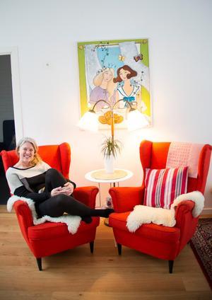 De röda fåtöljerna är de enda möblerna i hemmet som Ann-Helen Persson har köpt till ordinarie pris.