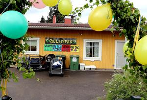 Entrén till Gulsippans förskola var dagen till ära utsmyckad med grönska och ballonger.