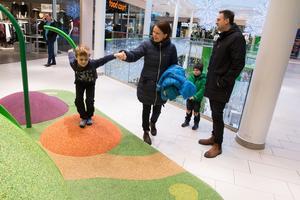 Köpingsfamiljen Kristin och Henrik Fredriksson, med barnen Oscar, 6 år, och Alex, 4 år, berättar att deras julhandel kring sällanköpsvaror sker allt mer på nätet.