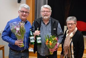 Lennart Eriksson och Hans Hägglund tackades med blommor och Godtemplardricka av IOGT-NTO-föreningen Örnskölds ordförande Vanja Lindstedt inför ett mycket välbesökt Café Nyfiket. Foto: Sven Lindblom