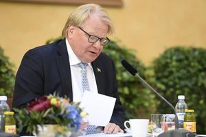 Försvarsminister Peter Hultqvist (S) undviker slutsatsen av sitt eget resonemang. Foto: ALI LORESTANI / TT.