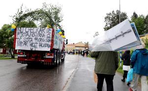 Uppvaktande och transporter anländer till Bobergsgymnasiet.