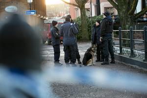 Polisen samlad nära platsen där skottlossningen skedde på torsdagskvällen.