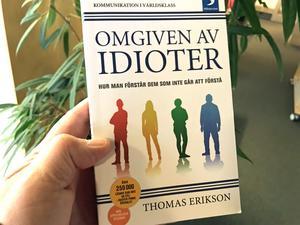 I Thomas Erikssons bok Omgiven av idioter redogör författaren för den så kallade DISC-modellen, en modell som har kritiserats hårt av forskare, psykologer och beteendevetare för att vara ovetenskaplig.