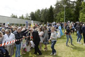 Mycket folk hade samlats för att fira studenterna på Praktiska gymnasiet.
