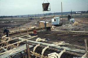 Byggnation av bostadsområdet Vivalla med start i slutet av 1960-talet. I Örebro stadsarkiv hittas den här bilden, tillsammans med följande tillägg: