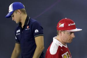 När Kimi Räikkönen klev in fick Marcus Ericsson kliva ur F1-cirkusen. Bild: Andy Wong/AP