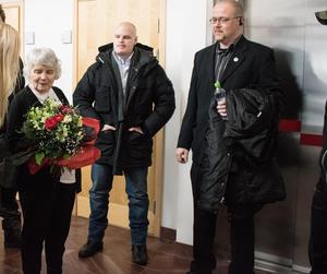 I Falu tingsrätt hade Vera Oredsson sällskap av flera nazister ur Nordiska Motståndsrörelsen. Till vänster Emil Hagberg och till höger Pär Öberg, båda till nazistorganisationens ledning.
