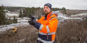 I ena änden av Tvetatippens området har arbetet med att täcka över de gamla deponierna startat. Markku Päivinen är projektledare.