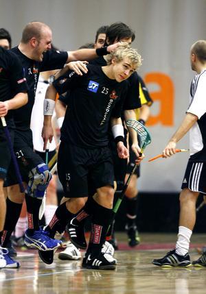 Pontus Engblom var lovande även i innebandy. Här är han under en match med Sundsvall City år 2007. Till vänster syns innebandyprofilen Lars Lundberg. Bild: Håkan Humla/arkiv.