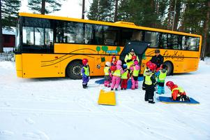 Förskolebuss med en avdelning som utgår från en fast stationering och sedan gör utflykter. Bilden är från Borlänge 2012 och en så kallad mobil förskola, Humlan, kopplad till Östermalmsgården.