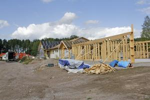 Massor av nya villor byggs just nu på Skäggdoppingvägen, den senaste delen av utvecklingen av Skillingeområdet.