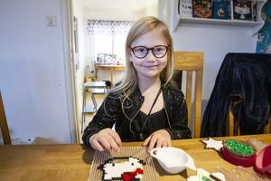 Jacqueline jobbar på flera Hello Kitty-motiv. Nyligen sålde familjen fyra stycken, så nu måste fler tillverkas.