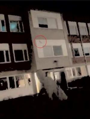 Även skadegörelsen av Stenbergaskolan filmades. På klippet ses tonåringen kasta en sten mot skolan varpå ett fönster krossas på andra våningen. Bild: Polisens förundersökning
