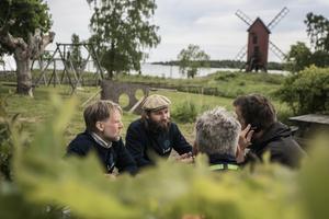 Olle Telje och Hugo Olofsson, som tillsammans driver Lidö värdshus, intervjuas av media.